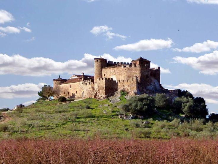 """CASTLES OF SPAIN - Castillo de la Encomienda (Badajoz). Tras la conquista de Trujillo en 1232 por Fernando III, el monarca, acompañado por los caballeros de Alcántara y por el obispo de Plasencia, penetra en la comarca de La Serena reconquistando algunas fortalezas islámicas. Don Arias Pérez, Maestre de la Orden de Alcántara,rendiría y echaría por tierra el castillo musulmán de Mojáfar, construyéndose después sobre él, este nuevo castillo """"el de la Encomienda ó Castilnovo""""."""