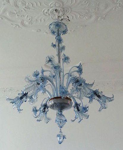 """ongelooflijke kroonluchter, allemaal in murano glas geblazen. verfijnd en zeer indrukwekkend, prachtige kleur kobalt blauw geen meer """"overgelegd"""" in murano, prachtige voluut en beweging, 6 lichte wapens, dubbele rij met bloemen stengels, afmetingen: diameter 85 cm.    hoogte 110 cm c.a.  voorwaarden zijn erg goed, 1 bell heeft slechts een klein stukje buiten een van de vier bloemblaadjes grens ontbreekt  (veroorzaakt door champagne cork): zie foto.  lijmen van tin en glas stukken moet…"""