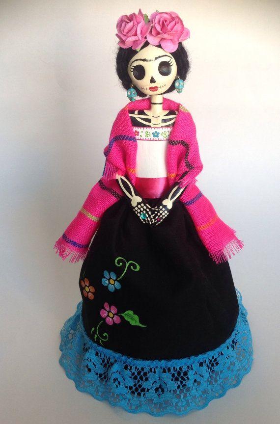 Catrina muñecas se han convertido en parte esencial de Dia de los Muertos en 2 de noviembre en México, pero me encantan en cualquier época del año!! Por esta razón, hice esta Catrina de maché de papel 100% reciclado, la cabeza está hecha de pasta de papel maché, ningún molde fueron utilizados. Pintado a mano con pintura acrílica, vestida como Frida, con flor en la cabeza y colorido poncho. La falda de tela negra tiene flores pintadas a mano con acrílicos. Finalmente cubierta con sellador…