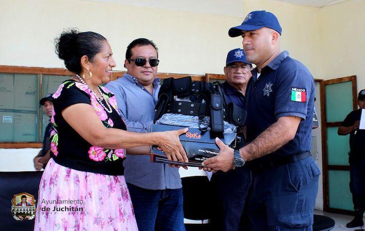 Entrega Gloria Sánchez uniformes y equipo táctico a policías