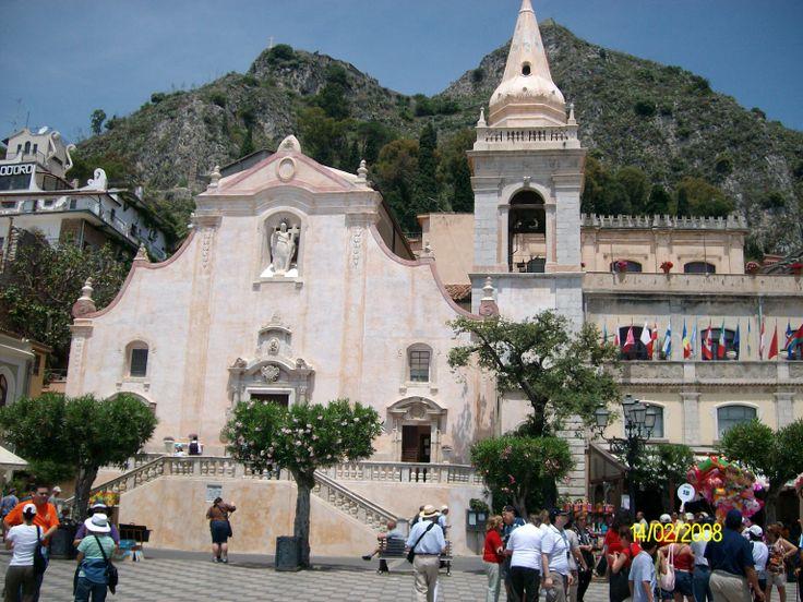 Taormina - Plaza 9 Abril. A poco pasos del estrecho que separa Sicilia de la península italiana, sobre una terraza natural que mira al mar Jonio, surge la espléndida Taormina.foto de claudia lara