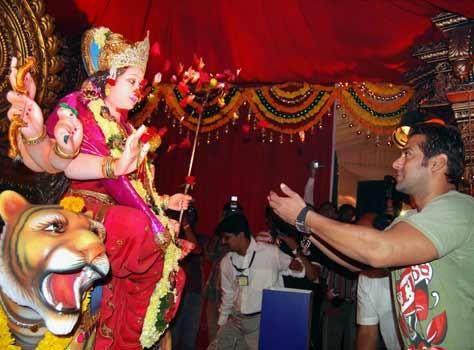 Salman Khan Seeks Blessing From Goddess Durga | PINKVILLA