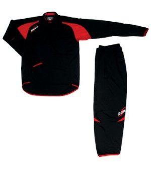 Fekete-Piros Zeus Felix Háromnegyedes Edzőruha Szett felső része mellkasig cipzáros, egyenes álló rövid galléros, vállszín hálós. Karcsúsított, rugalmas vonalvezetésű, ujjai végén lyuk biztosítja a kézfej védelmét, nadrágja 3/4 -es testhezálló. Kényelmes, nehezen tépődik, kopásálló, könnyen szárad, rugalmas a Felix edzőruha szett. Fekete-Piros Zeus Felix Háromnegyedes Edzőruha Szett 3 méretben, és további 5 színkombinációban érhető el.