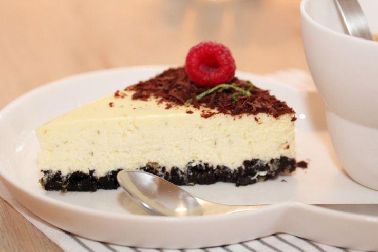 Den tradisjonelle ostekaken har som regel havrekjeks i en eller annen form i bunnen, men har du forsøkt å erstatte den med sjokoladekjeks? Det blir en utrolig god match til ostekremen, som her er s…