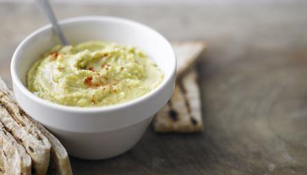 Ricetta per preparare una gustosa variante dell'hummus, la crema di ceci di origine medio orientale,  perfetto da servire come antipasto o come stuzzichino assime a del pane arabo caldo