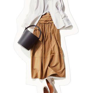 ミモレ丈のスカートは、締め付け感レスで座り仕事が多い日も楽ちん。白シャツとグレーのロングカーデを加えれば、きちんとしたムードのある、肩の力が抜けた通勤カジュアルに。すかーとはベーシックカラーでもいいけれど、春ならばチアフルなイエローがおすすめ。ぱっと華やかな雰囲気になる上、チアフ・・・