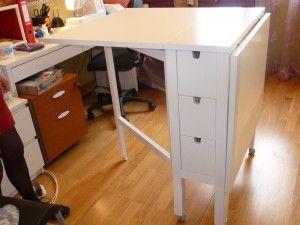 """une table ikea dont on a """"rehaussé"""" les pieds et ajouté des roulettes. Résultat: une table parfaite pour les patrons!"""