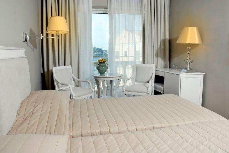 Hotel ima 110 soba, sve sobe imaju kupatilo (tuš/ wc), fen, SAT TV, sef, frižider, klima uređaj i balkon. #travelboutique #Corfu #Krf #Greece #putovanje #letovanje #odmor