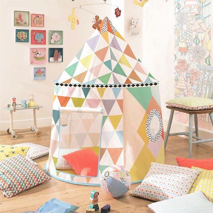 Casa de juegos para niños con forma de carpa de circo multicolor y divertida entrada de puerta que se recoge enrollada. Es ideal para los juegos infantiles tanto en el interior como en el exterior de la casa. Fabricada en material poliéster, es muy amplia y fácil de montar.