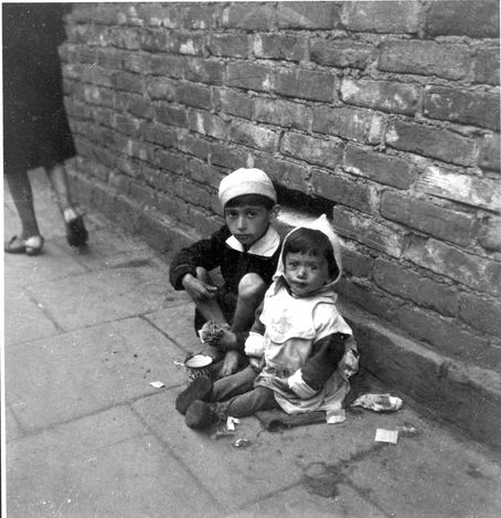 Warsaw Ghetto, 19 sept 1941. Children sitting on the pavement soliciting alms. Taken by Heinz Joest, a German soldier posted in the Warsaw area in 1941. It is said that he was given a special leave on the occasion of his birthday and toured Warsaw and the Warsaw Ghetto, when he took these pictures.