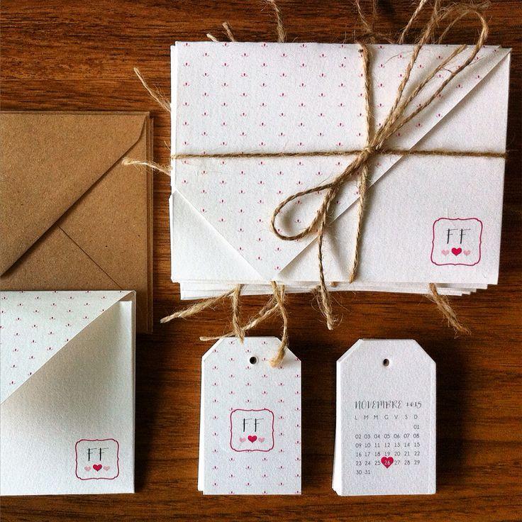 Partecipazioni di matrimonio origami chiusi a busta con un mini fiorellino rosa stilizzato, rilegati con cordino in juta e busta in carta craft! Abbinati tag sagomati per le bomboniere!