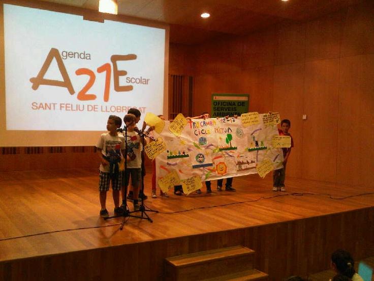 Cloenda de la Trobada de Comites Ambientals (TROCAMBA). Els nens i nenes que hi han participat presenten el seu treball a Manel Leiva, regidor de medi ambient de l'Ajuntament de Sant Feliu de Llobregat