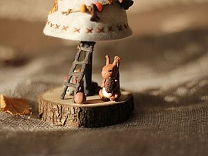 Рада видеть всех, кто заглянул в мою сказку) Главные герои сегодня: бельчонок и ежик, они готовятся встретить Новый год в своем лесу, и приглашают посмотреть какая у них получилась Елочка! Елочка сшита из льна, внутри - деревянный конус. Ствол из бамбука, основание - спил облепихи. Все прочно закреплено. Декорирована бусами из вощеного шнура, бусы пришиты к елочке, бусины - грибочки, шишки и…