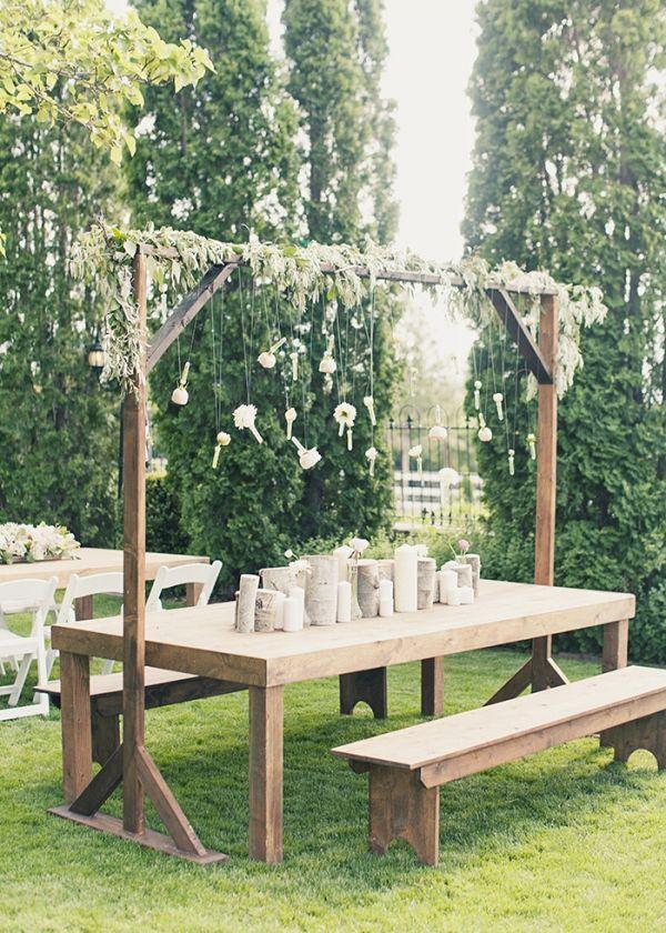 Rustikaler Tisch und Bänke aus Boho-Holz mit hängender Blume #Hochzeit #Rusti
