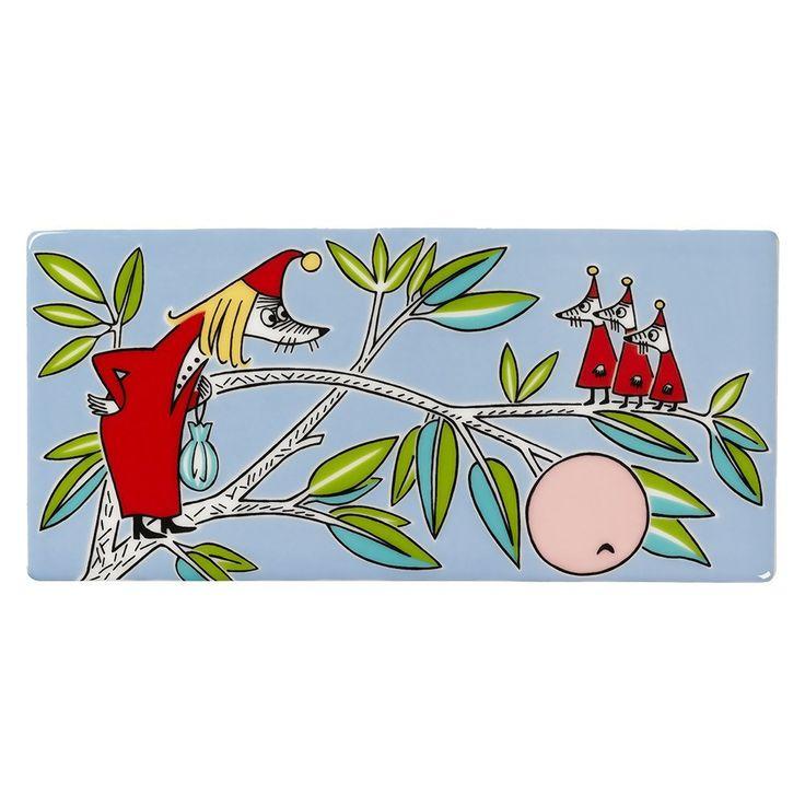 Grow your own Moomin Deco Tree! Fillyjonkwall tileis part of a collection that will include 13 wall tiles.Size: 8,9 x 18,9 cm. Available until 30.6.2017.Muumi-keramiikkalaatta Vilijonkkaon osa 13-osaista kokelmaa, jota myydään vain rajoitetun ajan. Koko: 8,9 x 18,9 cm. Vilijonkka-laatta on tuotannossa 30.6.2017 saakka.Mumin keramikplatta Filifjonkan är en del av en 13-delars kollektion som säljs endast under en begränsad tid. Storlek: 8,9 x 18,9 cm.
