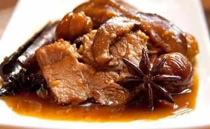 Χοιρινό με σάλτσα κρασιού και κάστανα
