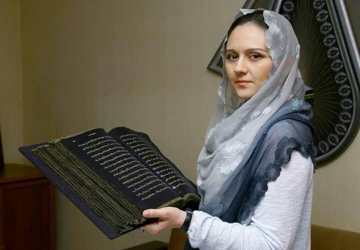 Azerbaycanlı ressam ve süsleme sanatçısı Tünzale Memmedzade şeffaf ipek sayfalı Kur'an-ı Kerim hazırladı.   İpek üzerine yazılan ayetlerle hazırlanan Kur'an-ı Kerim için 50 metre siyah şeffaf ipek kumaş, bin 500 mililitre altın ve gümüş boya kullanıldı.