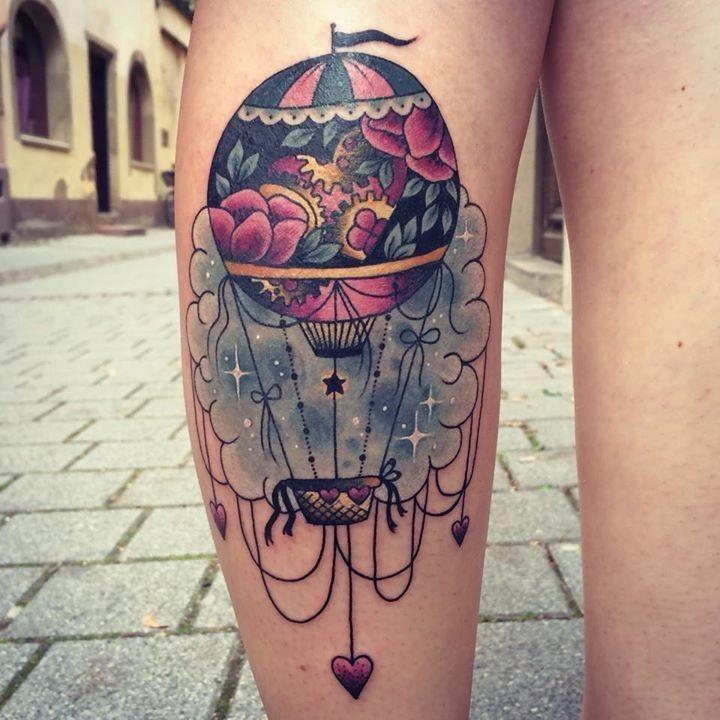 La tatoueuse est Morgane, elle réalise des tatouages mêlant les styles old school et des couleurs flashy, mais aussi des pièces plus graphiques.