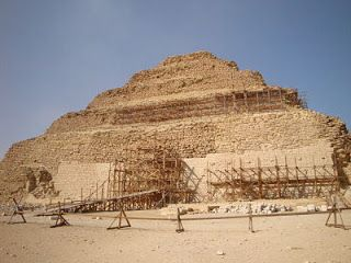 Pirâmide de Saqqara, conhecida como a pirâmide de degraus. Foi uma das primeiras pirâmides do Egito.