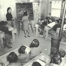 Σχολική τάξη και ξυλόσομπα.