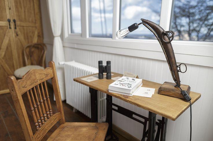 Lámpara de escritorio, habiatación El Carrero. #lampara #hotelboutique #chile #magallanes #travel #puntaarenas