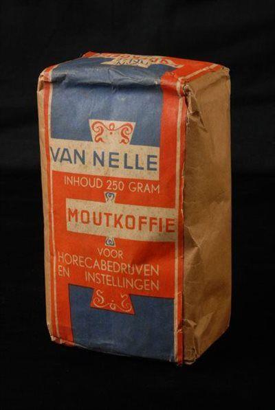 """Rechthoekig blauw en rood ongeopend pak moutkoffie, met """"Van Nelle Moutkoffie voor horecabedrijven en instellingen / 250 gram"""""""