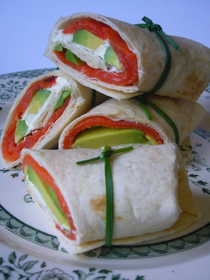 Wraps au saumon fumé, avocat et Philadelphia. This looks like a great alternative to sushi, all my favourite fillings