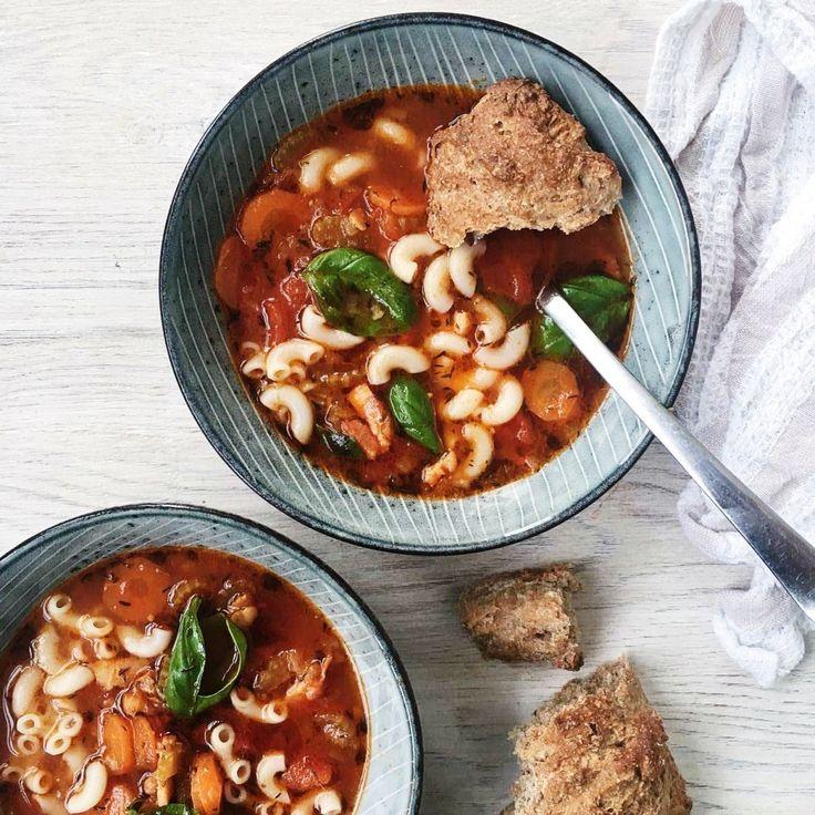 Minestronesuppe - italiensk suppe: 200 bacon i tern 1-2løg 2 fed hvidløg olivenolie til stegning 2 tsk. basilikum (evt frisk) 2 tsk. timian 3 gulerødder 3 stængler bladselleri 1 dåse hakkede tomater 1L vand 1 grøntsags bullionterning 300g pasta // minestronesoppa