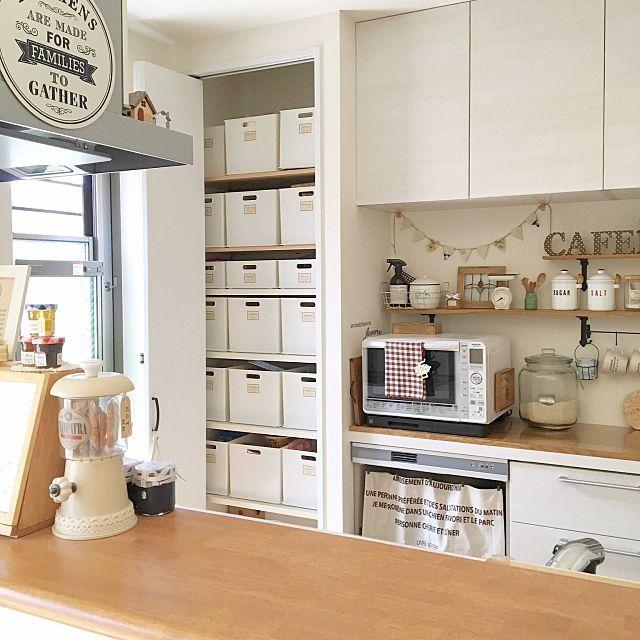 女性で、3LDKの収納/セリア/salut!/インボックス/LIXIL/ニトリ…などについてのインテリア実例を紹介。「キッチン奥にあるパントリー収納* 中はニトリのインボックスの白で揃えて見ためスッキリです(*´˘`*) 食品のストックや玉ねぎなどの野菜、キッチン用品のストック、キッチン掃除用品のストック、保冷バッグなどなど、とってもたくさん収納してます♫ 手作りラベルで分類して使いやすいさも◎です(*´╰╯`๓)」(この写真は 2016-09-03 21:39:39 に共有されました)