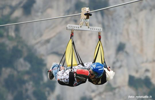 Il volodellangelo.com - Al di sopra delle Dolomiti Lucane, nel cuore della Basilicata, un cavo d'acciao sospeso tra le vette di due paesi, Castelmezzano e Pietrapertosa, Italy