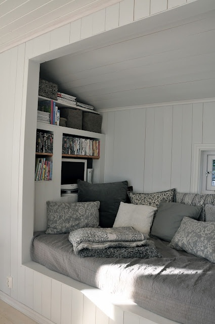 Daybed nook with mini bookshelf. What a great place to curl up on bad days. Love this!