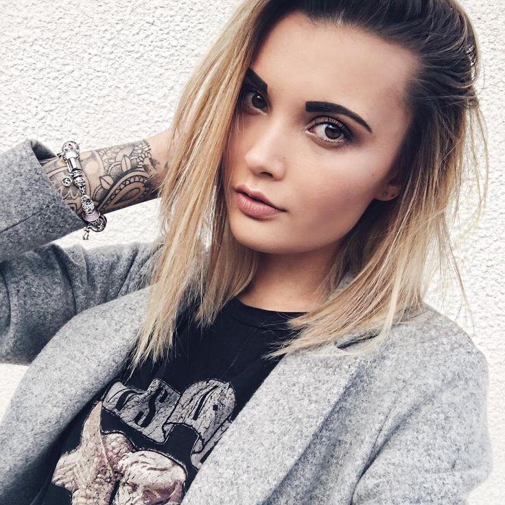 🤘🏼 H e y  B a b y   Bonne soirée les chatons, pour moi ce sera repos devant une série! Je vais aussi prendre le temps de répondre à mes mails, chose que je repousse depuis plusieurs semaines, alors on s'y met 💻   Sinon vous avez fait quoi de votre journée? Cette après midi je suis allée prendre rendez-vous chez mon tatoueur, un nouveau projet en tête, hâte de pouvoir le commencer 😍 Des bisous 💋  #today #me #selfie #blondie #girl #potd #goodevening #restday #cocooning #ink #inkedgirl…