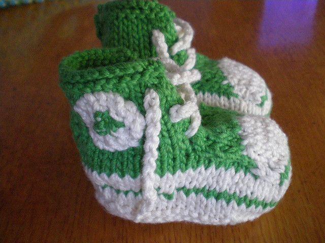 Meget efterspurgte babystøvler i 2 små størrelser. Lette og hurtige at strikke, og al slags garn kan bruges. Her er der brugt akryl. Pinde 4-5 og 5-6. Læs mere ...
