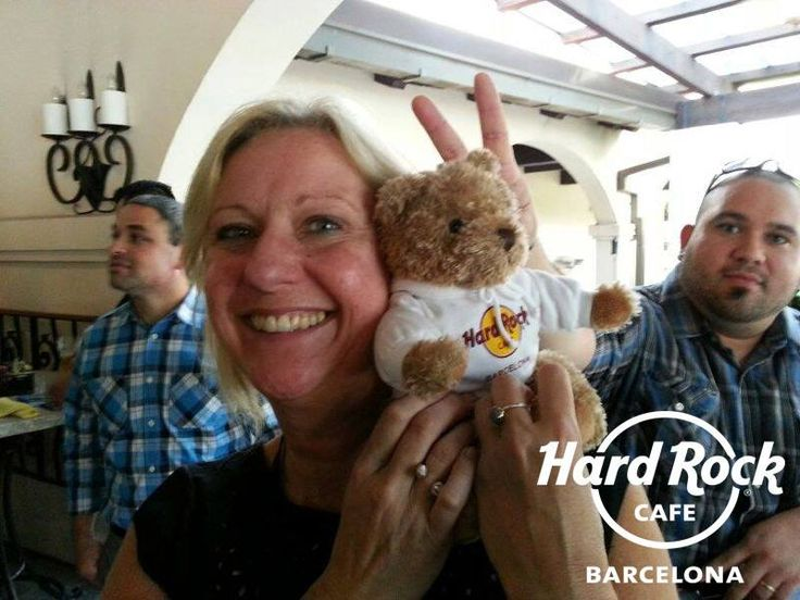 Jordi Rocks is chilling with more friends from Hard Rock Cafe Orlando!!