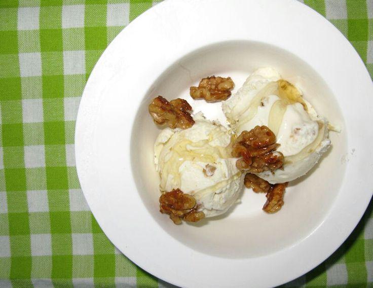 IJs van Griekse yoghurt met honing en walnoten recept voor een beschaafd half litertje ijs 500 ml Griekse yoghurt (10% vet) 50 gr walnoten, zeer fijn gehakt 2 el poedersuiker 5 el vloeibare honing Voor het serveren: 50 gr walnoten, heel 1 el honing Verder nodig: een ijsmachine - ik ben niet lyrisch van invriezen in een bak waarbij de massa steeds moet worden omgeroerd, want je haalt nooit de romige structuur van gedraaid ijs. Meng de ingrediënten voor het ijs, behalve de gehakte noten, en…