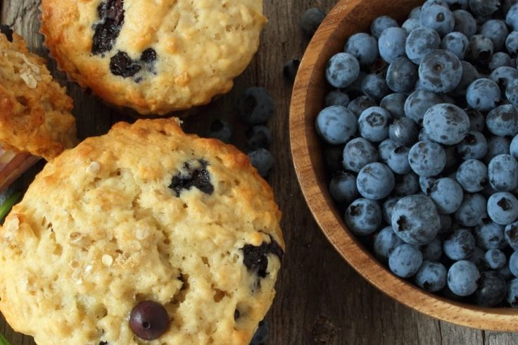 Ajoutez-y des flocons d'avoine et du yogourt grec...voici le un excellent muffin aux bleuets