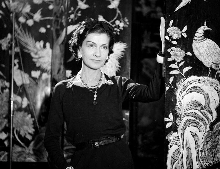 Ein innovatives Genie, ein Vorbild für Eleganz und DIE Stil-Ikone: Coco Chanel. Westwing verrät Ihnen die Werte und 7 Regeln ihres einzigartigen Stils.