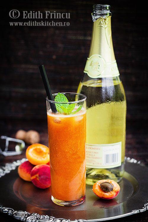 Bautura spumanta cu caise - o bautura aromata, numai buna pentru zilele de vara cu caise bine coapte si sampanie sau vin spumant.