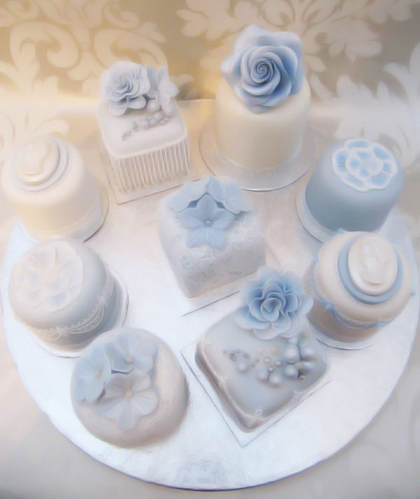 Royal Icing Cake Decorating Designs : Mini cakes with Royal Icing Cakes and Cupcakes ...