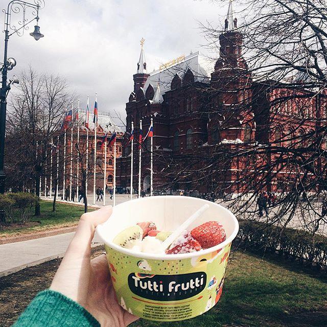 """@ms_coffeecream's photo: """"Frozen yoghurt is my biggest love, especially in warm seasons what can be better? Все чаще вижу, что в России уже открыли сезон мороженого, несмотря на постоянные холодные циклоны и дожди, ну а я предлагаю здоровую альтернативу - замороженный йогурт @tuttifruttirussia нисколечко не испортит вашу фигуру, особенно если выбрать правильные топпинги : у меня здесь свежая клубника и киви ну а сам йогурт, конечно, кокосовый - как можно не любить все кокосовое?"""""""