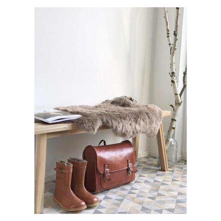 Ihr Lieben ein neuer Artikel ist online ! Unser Haus // der Eingang ! Ich hab euch auch noch mal die Firma für unsere schönen Fliesen rausgesucht ein kleines DIY für die Garderobe und und und .... viel Freude beim durchklicken Alles Liebe Rebecca #eingangsbereich #flur #slowlittlelife #bisgaard #lederranzen #elfenkind #birke #natur #home #interiordesign #ikea #alpina #kinkfolk #design #zementfliesen