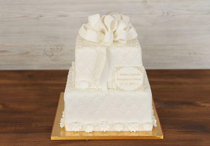 """Как эффектно подать торт на свадьбу?  😉Несколько идей от Кондитерской """"Абелло"""" 😍   🍰1.Классика: торт выкатывают на тележке в завершающей части свадьбы (если он многоярусный) или выносят официанты (если он небольшой). По краям тележки при этом могут стоять безопасные мини-фейерверки. Важно, чтобы подставка для торта и столик были красиво оформлены, ведь они привлекут к себе не меньше внимания, чем роскошный десерт.   🎂2.К выносу торта можно привлечь аниматора, гимнастов, фаер-шоу, шоу…"""