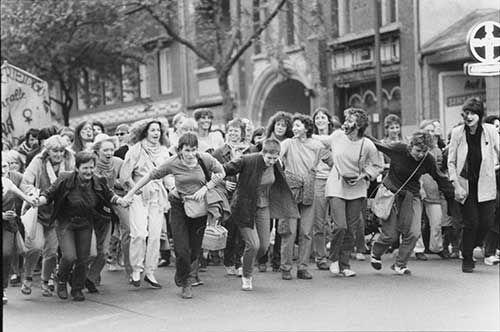 """Dokument weiblicher Selbstermächtigung: Walpurgis in Berlin, 1983. Foto von Petra Gall. Aus der Ausstellung """"Homosexualität_en"""" im DHM und Schwulen Museum"""