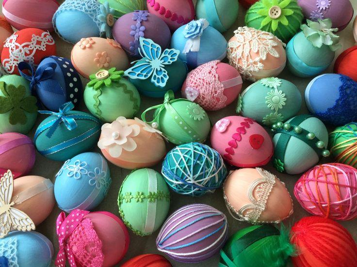 Velikonoční vejce - vyfouklá vajíčka natřeme akrylovou barvou natónovanou temperovými barva a dozdobíme krajkou, bavlnkami,ozdobami z papíru, ... ( DIY, Hobby, Crafts, Homemade, Handmade, Creative, Ideas, Handy hands)