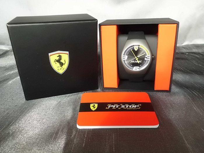 Ferrari pitstop zwart mannen horloge-  FerrariFerrari mannen horloge pitstop zwartGebruikt in nieuwstaat.Behuizing diameter: 44mmBreedte van band: 20mmHet quartz-uurwerk wordt aangedreven door 1 x ronde celbatterij (Varta V377 SR 626 SW).Materiaal:Behuizing: polycarbonaatBand: siliconenKroon: roestvrij staalProductdetails:De ronde en matte 44 mm behuizing is gemaakt van polycarbonaat en is waterdicht tot 5 ATM.De wijzerplaat heeft bovenop indices en de Ferrari-Logo.De riem zwart silicium…
