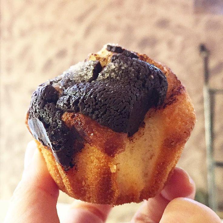 MAGDALENA VIGETANA  Ni #muffin ni #cupcake #magdalena! I segons diuen a #CalTussetVic: cal tastar la #magdalenavigetana la més catalana. La vigetana porta #cremacatalana i ha de ser de . Aquesta és una mini mostra de magdalena amb xocolata premi que pot caure quan passes per #Vic...   #bonanit