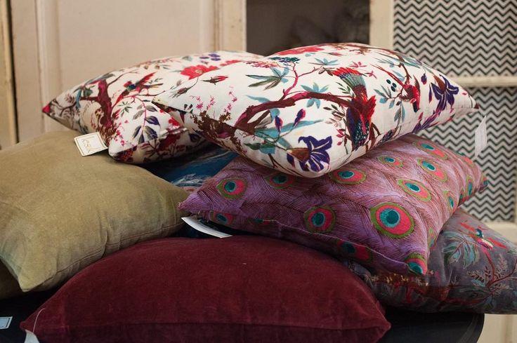 Distintos tamaños, distintas formas y distintas texturas o estampados. Piérdete en las infinitas posibilidades que te ofrecemos en cojines en @lesuksevilla en C/ Alfalfa 7 (local contiguo a Antik Sevilla) #almohadones #bolsters #cojines #cushions #AntikSevilla #ANTIK #LESUK #decoracion #muebles #furnitures #objetos #detalles #details #textil #joyas #telas #fabrics #ikats #terciopelo #algodon #interiores #interior