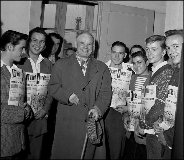 """Maurice Thorez sec.gén. du PCF et des diffuseurs de l'Avant-Garde en Juillet 1958 après sa conférence aux jeunes de Choisy-le-Roi dans le cadre de sa campagne pour le """" NON """" au Referendum- communiste ©Gerald Bloncourt"""