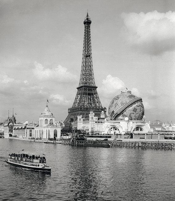 Exposition Universelle de 1900. Le globe était une attraction pour les visiteurs venus du monde entier qui assis dans des fauteuils admiraient des panoramas du système solaire...
