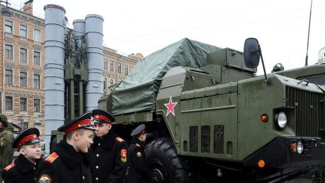 Cadets close to a Russian surface-to-air S-300 missile system during a military exhibition Saint Petersburg, February 20, 2015. (photo credit: AFP/OLGA MALTSEVA)